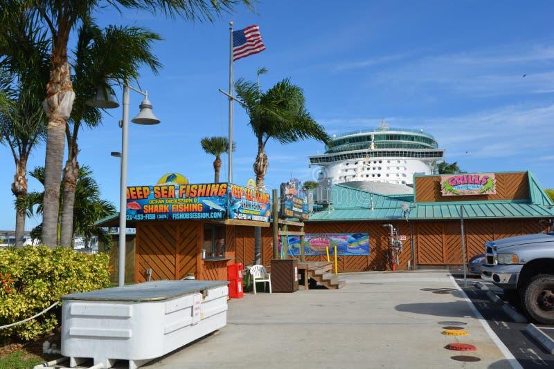 Plataforma & Tiki Bar do marisco das grades no porto Canaveral imagem de stock royalty free