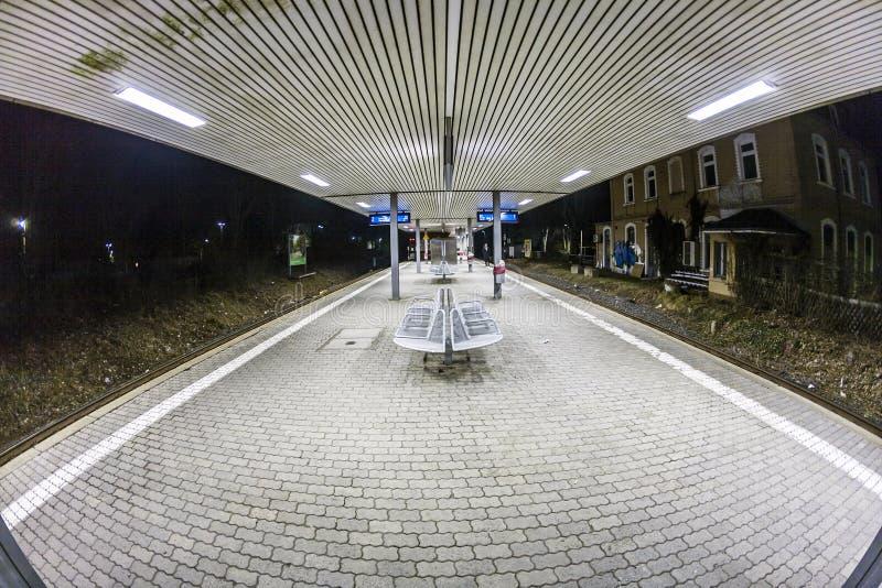 Plataforma vacía de la estación en la noche imágenes de archivo libres de regalías