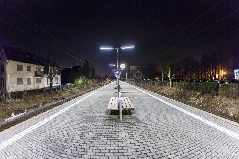 Plataforma vacía de la estación en la noche fotografía de archivo