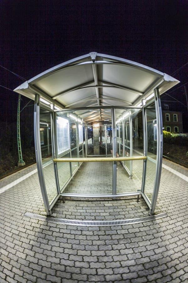 Plataforma vacía de la estación en la noche foto de archivo