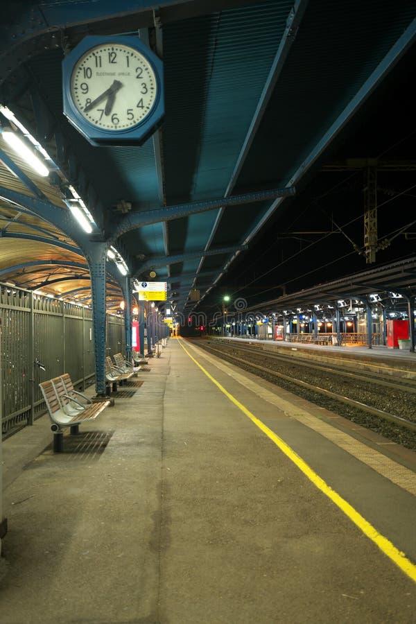 Plataforma vacía de la estación de la SNCF Colmar temprano por la mañana fotografía de archivo libre de regalías