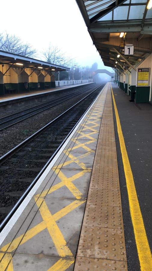 Plataforma vazia do comboio no nevoeiro fotografia de stock royalty free