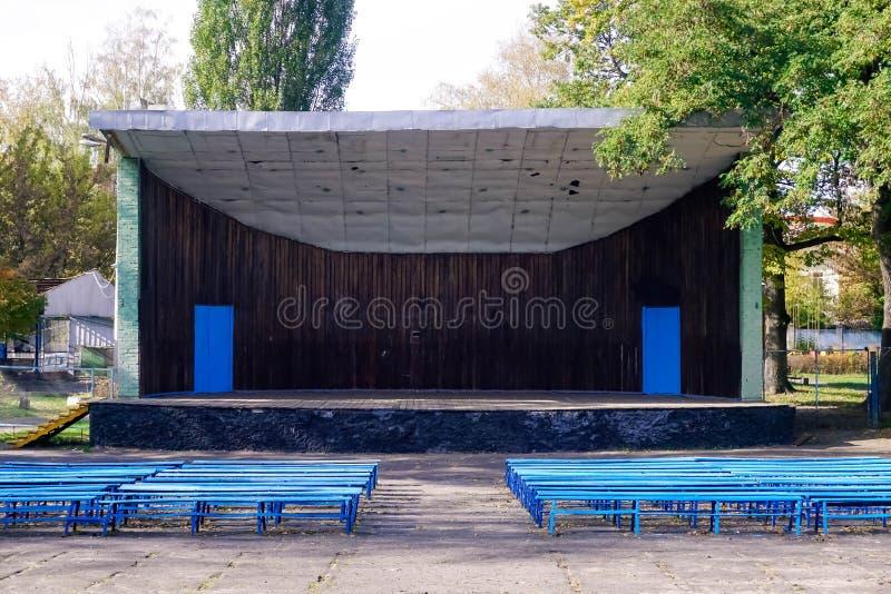 Plataforma velha do teatro no parque imagens de stock