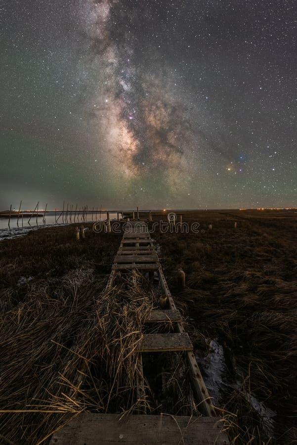 Plataforma velha que conduz para a galáxia da Via Látea imagem de stock