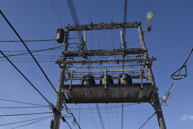 Plataforma y cables de alto voltaje a de la distribución de la fuente de la corriente eléctrica foto de archivo