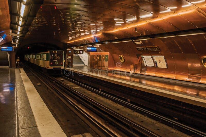 Plataforma y tren de la estación de metro de los artes y de los Metiers en París imagen de archivo libre de regalías