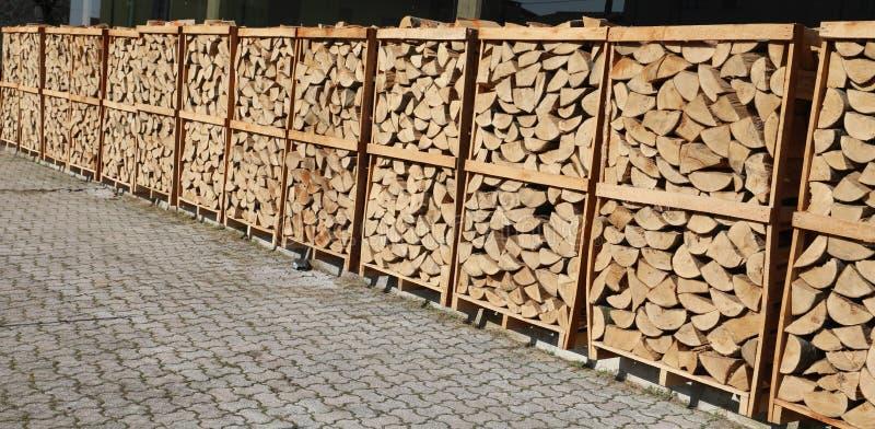 plataformas con los registros de madera usados para las estufas de calefacción de madera fotos de archivo libres de regalías