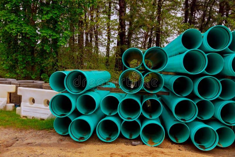 Plataformas de los tubos de alcantarilla verdes en la construcción para el alcantarillado imagenes de archivo