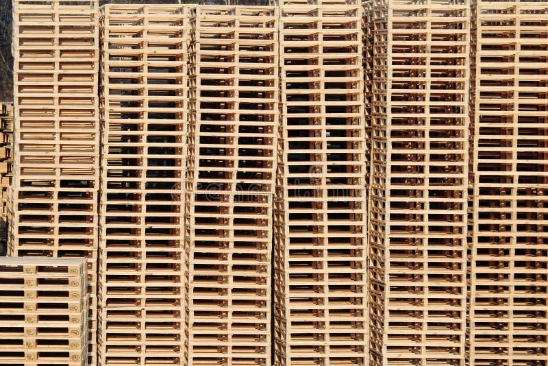 Plataformas de madera en la acción en patio trasero de la fábrica fotos de archivo libres de regalías