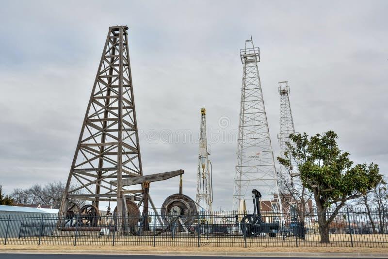 Plataformas de perforación y torres de perforación situadas en parque de la exploración de Devon Oil y de gas en Oklahoma City, M imagenes de archivo