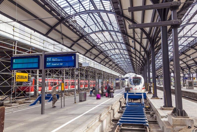 Plataformas na estação de trem classicistic em Wiesbaden imagem de stock royalty free