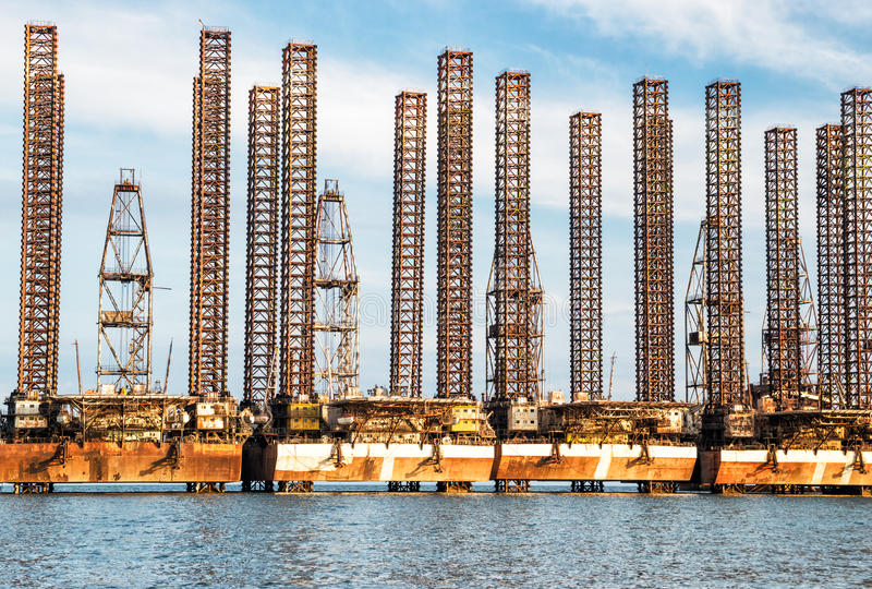 Plataformas petrolíferas abandonadas fotografia de stock royalty free