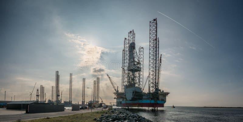 Plataformas petrolíferas no porto de Esbjerg, Dinamarca foto de stock