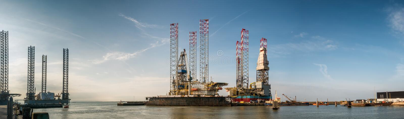Plataformas petrolíferas no porto de Esbjerg, Dinamarca imagem de stock