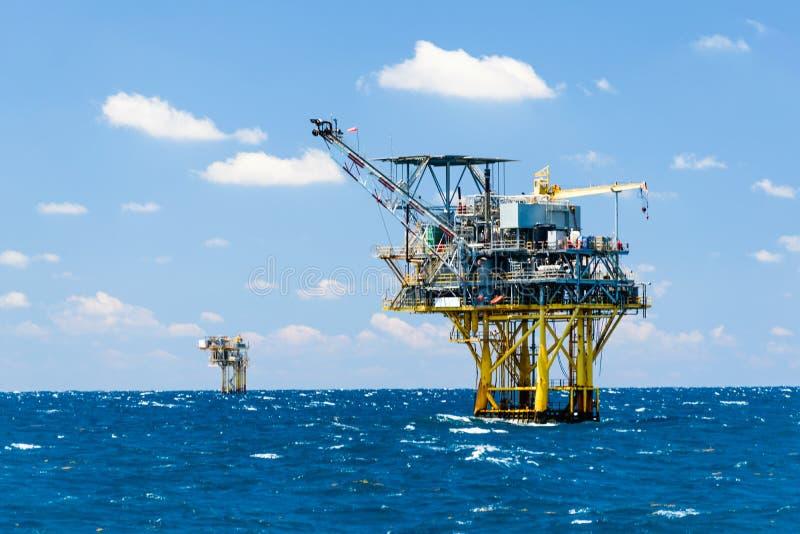 Plataformas petrolíferas a pouca distância do mar imagem de stock