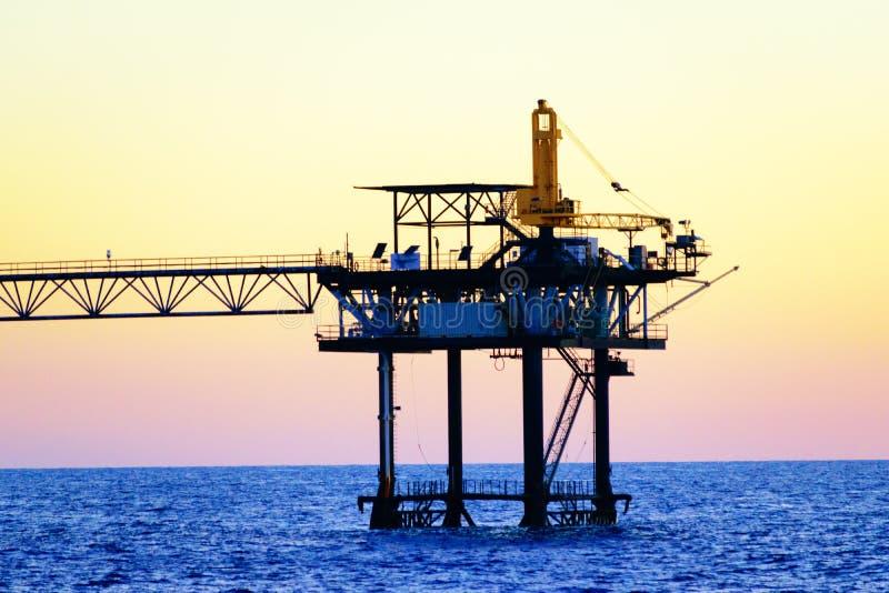 Plataformas petrolíferas a pouca distância do mar imagem de stock royalty free