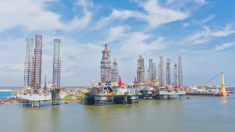 Plataformas petroleras en el puerto fotografía de archivo libre de regalías