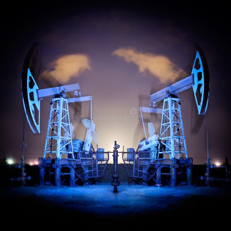 Plataformas petroleras en la noche. fotografía de archivo