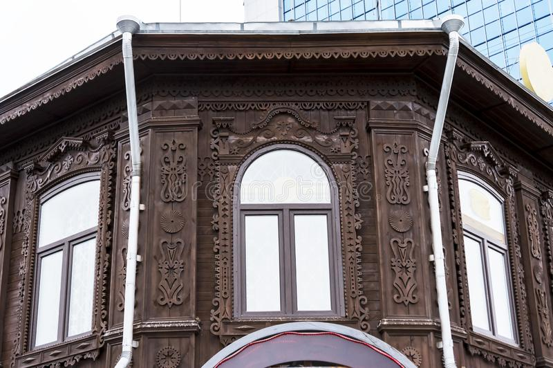 Platbands tallados en Windows de la casa vieja imagen de archivo libre de regalías