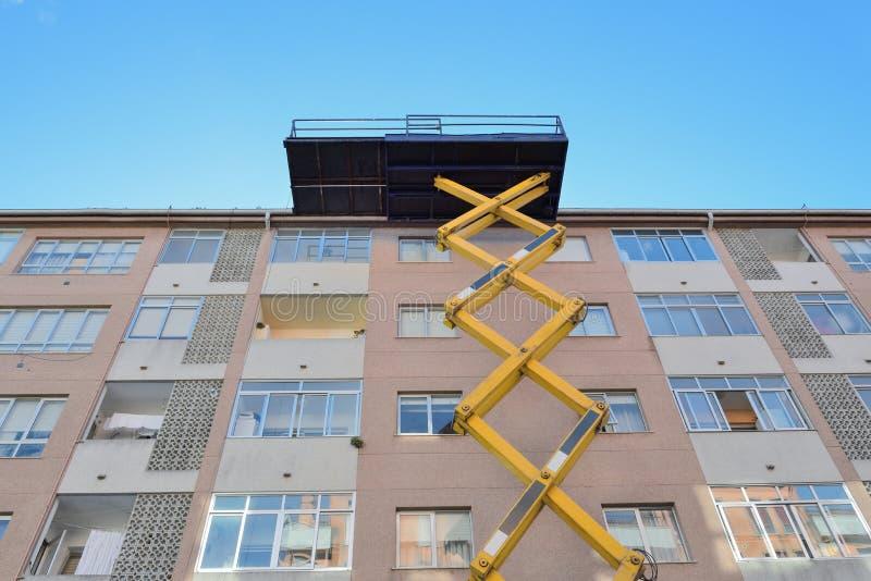 Plate-forme aérienne pour les travaux de construction images libres de droits
