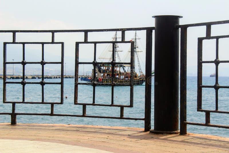 Plate-forme d'observation en fer forgé de bord de mer de gril dans le port Antalya, Turquie photographie stock libre de droits