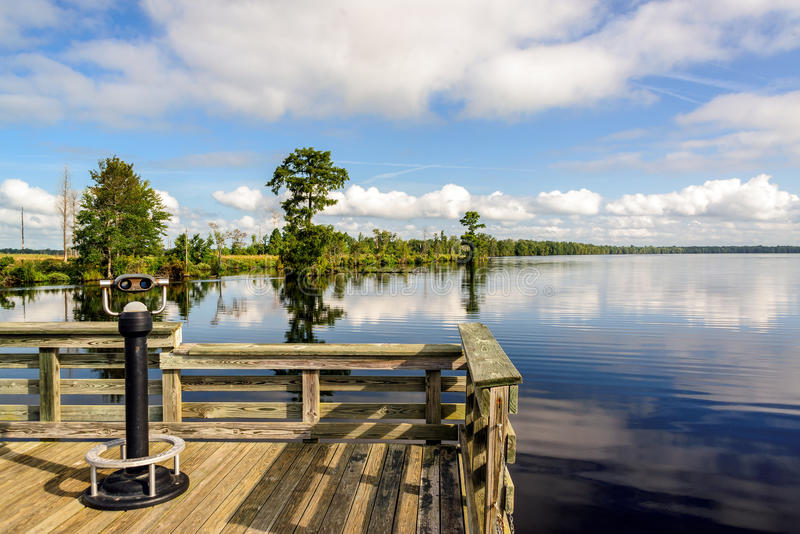 Plate-forme d'observation sur le lac Drummond images libres de droits