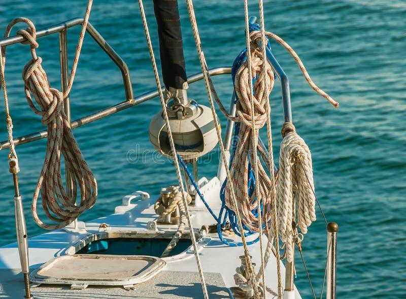 Plate-forme de bateau avec des cordes photographie stock