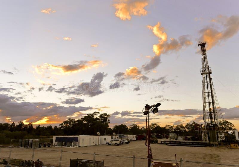 Plate-forme de forage de terre au coucher du soleil images libres de droits
