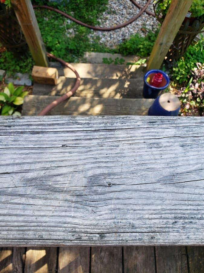 Plate-forme de jardin regardant en bas de vieilles étapes en bois photo stock