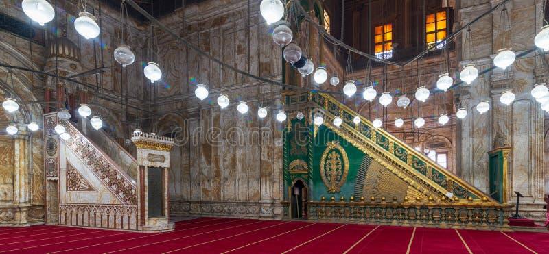 Plate-forme de marbre gravée Minbar d'albâtre et plate-forme décorée verte en bois, mosquée de Muhammad Ali, citadelle du Caire,  photos stock