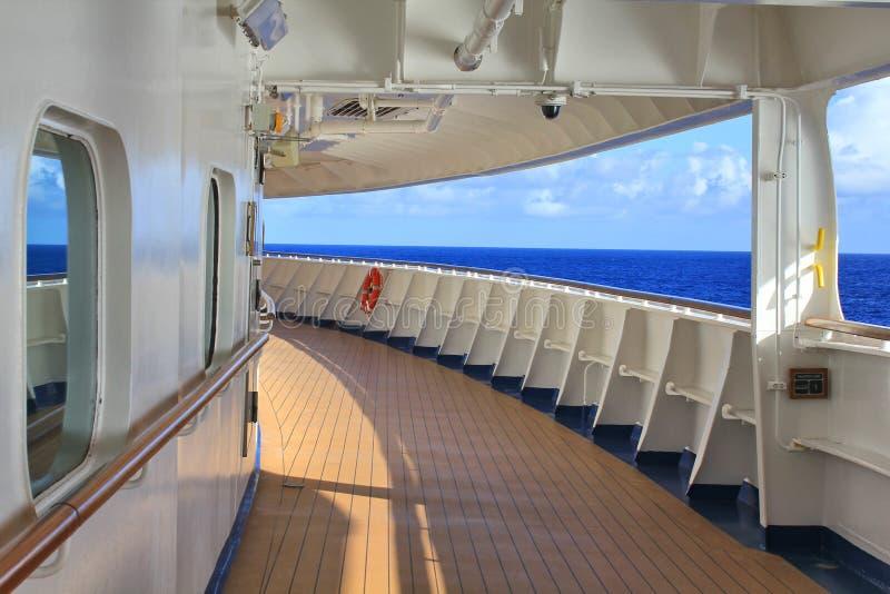Plate-forme de marche sur le bateau de croisière images libres de droits