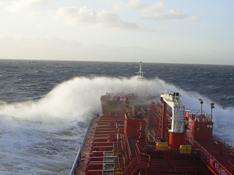 Plate-forme de pétrolier avec la canalisation dans l'océan orageux images stock