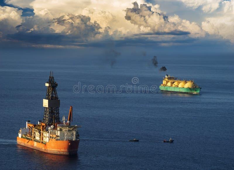 Plate-forme de perçage et GNL de bateau-citerne sur l'océan image stock