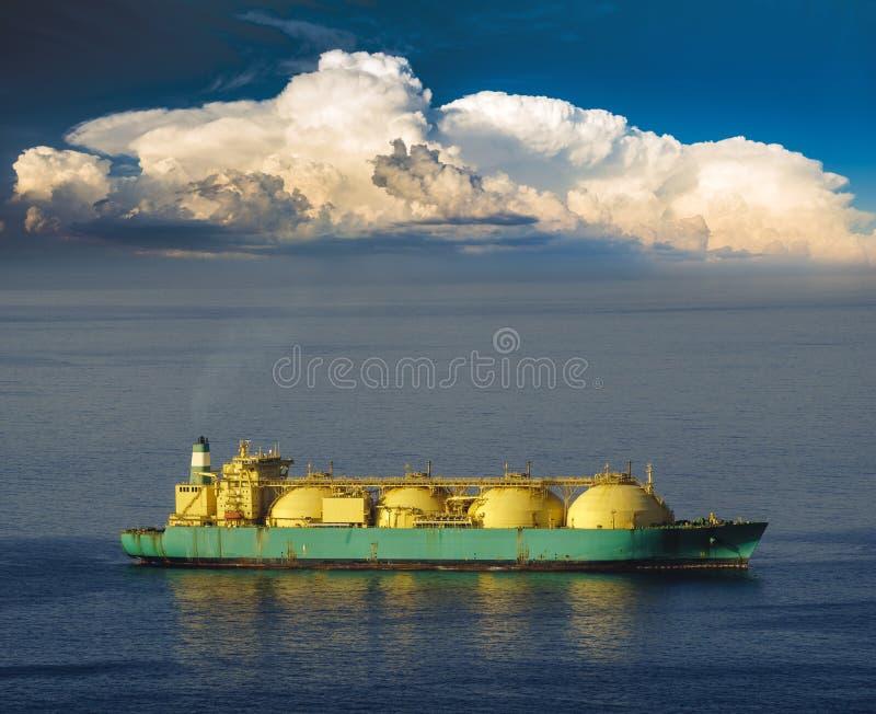 Plate-forme de perçage et GNL de bateau-citerne sur l'océan photos stock