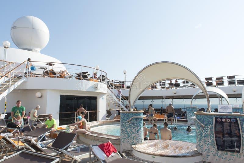 Plate-forme de piscine de bateau de croisière images libres de droits