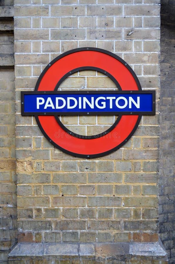 Plate-forme de signe de Paddington Londres Royaume-Uni, au fond, tube de métro de souterrain image stock