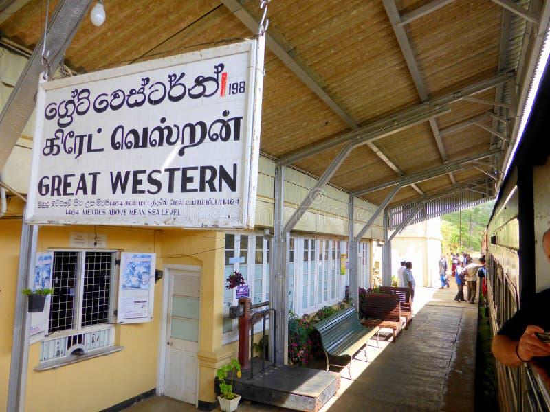 Plate-forme de station de train images stock