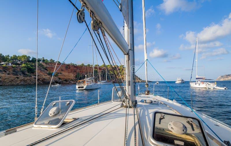 Plate-forme de yacht de navigation photographie stock libre de droits