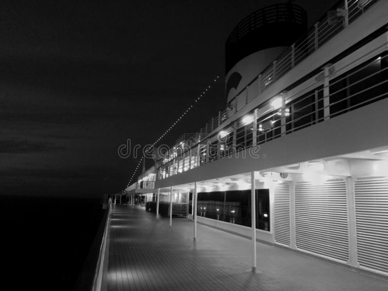 Plate-forme du bateau de croisière, navigation de nuit images libres de droits