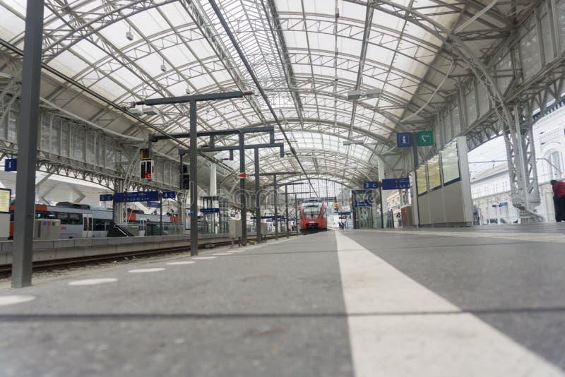 Plate-forme et structure des voyageurs centraux de gare ferroviaire et photographie stock libre de droits