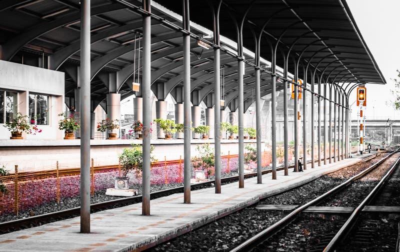 Plate-forme locale de gare ferroviaire et signage du trafic pour arrêter des personnes à travers le concept de construction simpl images stock