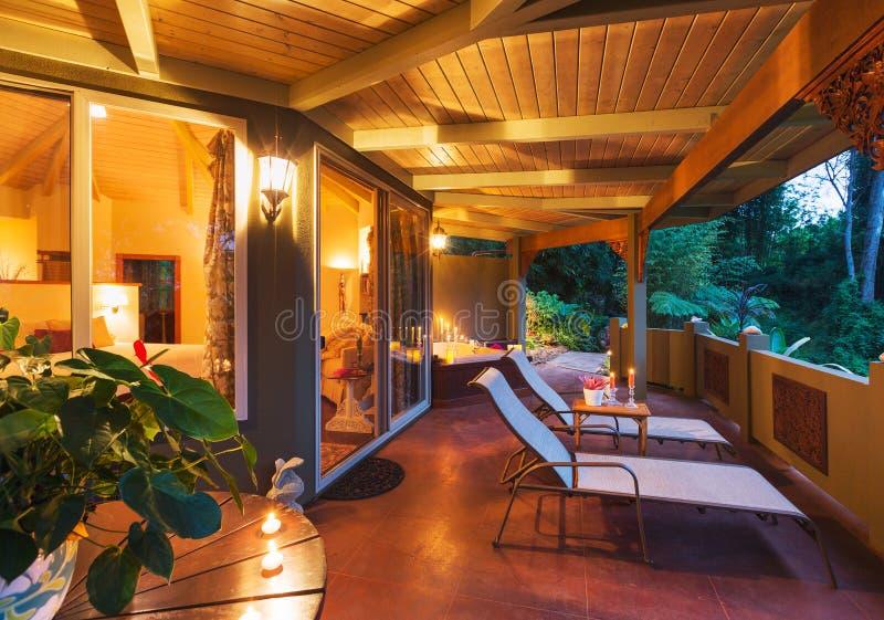 Plate-forme romantique sur la maison tropicale au coucher du soleil photos libres de droits