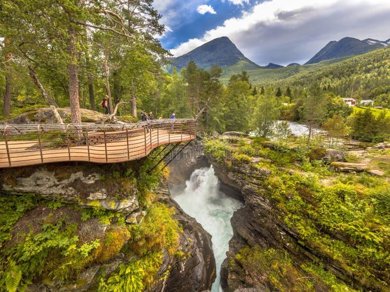 Plate-forme touristique de visionnement de cascade chez Gudbrandsjuvet photo stock
