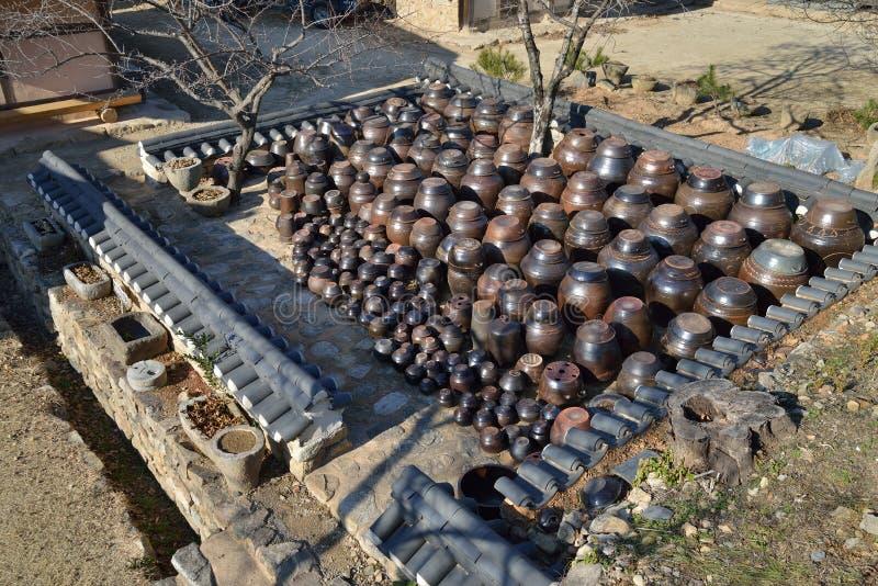 Plate-forme traditionnelle coréenne pour des cruches photos stock