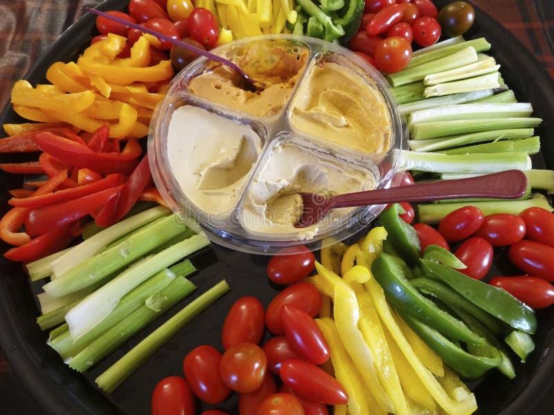 Plate-forme végétale et hoummous image stock