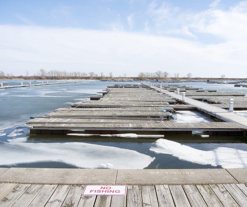 Plate-forme vide d'amarrage en hiver photos libres de droits