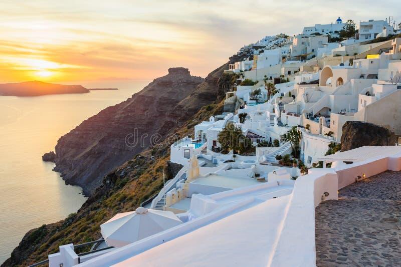 Plate-formes et patios de luxe d'Oia au coucher du soleil photos libres de droits