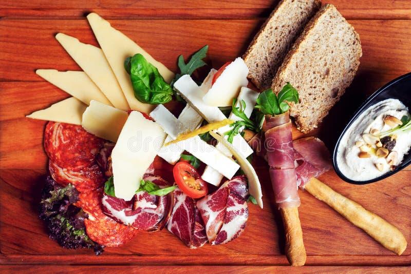 Plate mit einer Auswahl an köstlichen Deli-Fleisch stockbild