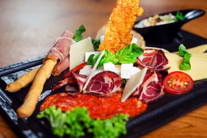Plate mit einer Auswahl an köstlichen Deli-Fleisch lizenzfreies stockbild