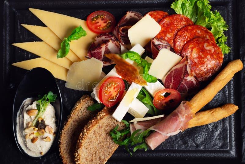 Plate mit einer Auswahl an köstlichen Deli-Fleisch lizenzfreie stockbilder